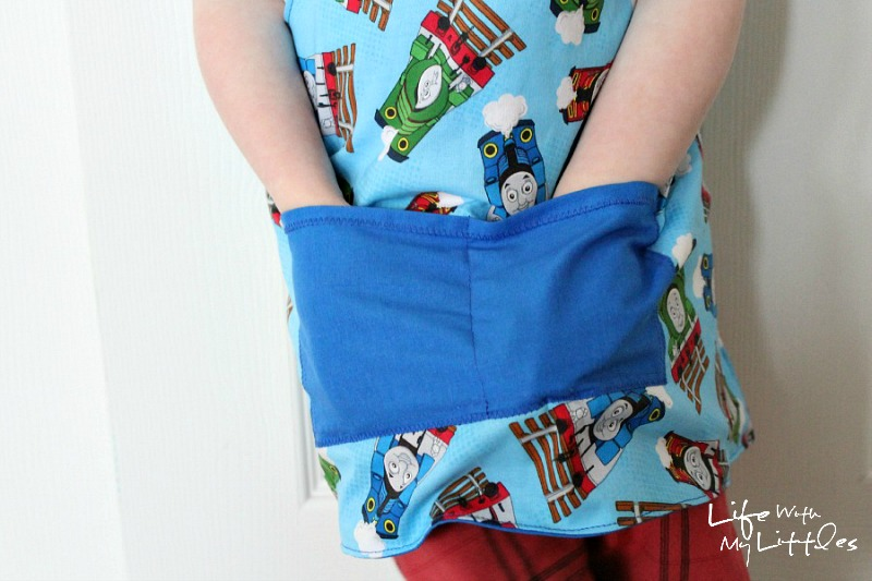 This toddler apron is so cute and easy! The pattern and tutorial are free, and you can pick your own fabric so your toddler will love it!