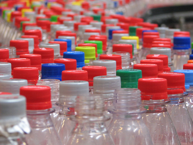 丹麥寶特瓶回收率高達90%。(圖片來源:《塑料成癮》劇照。輝洪開發股份有限公司提供)