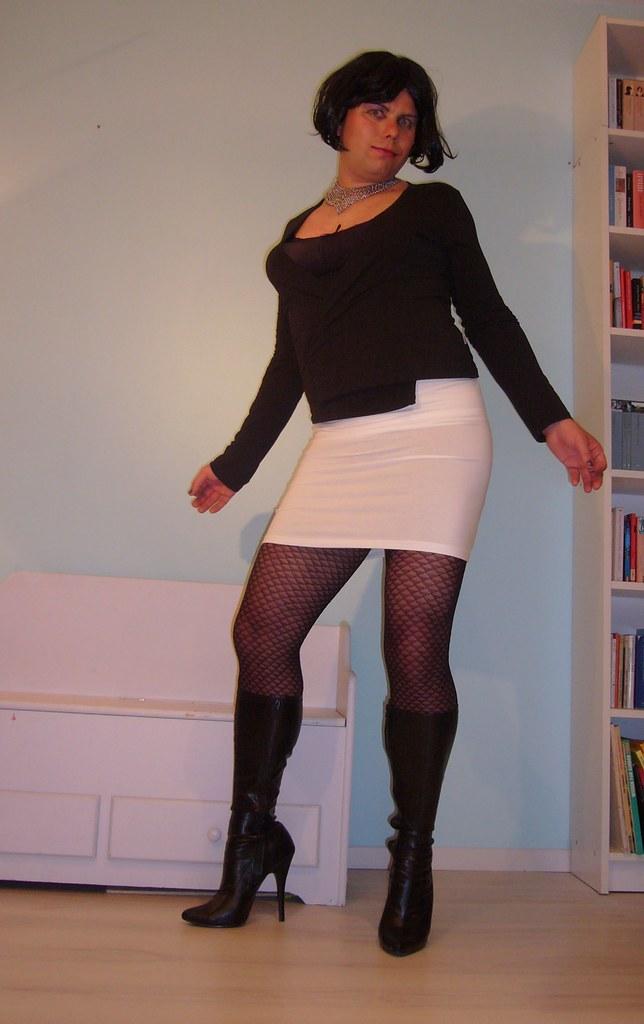 white miniskirt on further black outfit | I love black, I ...
