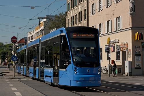 Hoffentlich kreuzen hier bald die Avenios in Nord-Süd-Richtung: Wagen 2807 an der Fürstenrieder Straße