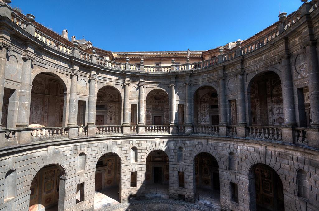 Il cortile interno del palazzo farnese a caprarola the i for Cortile circolare