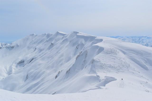 冬の守門岳 大岳から眺める袴岳と雪庇