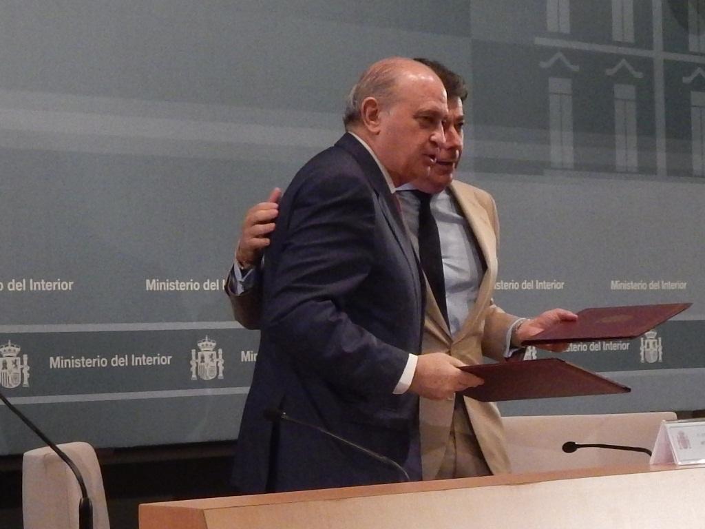 El ministro del interior y el presidente de la comunidad d for El ministro de interior