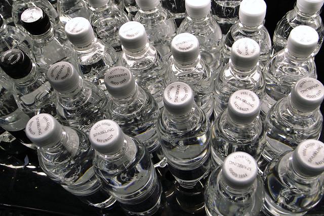 瓶裝水。圖片來源:saw2th。CC BY-SA 2.0 Sparkling-bottled-water