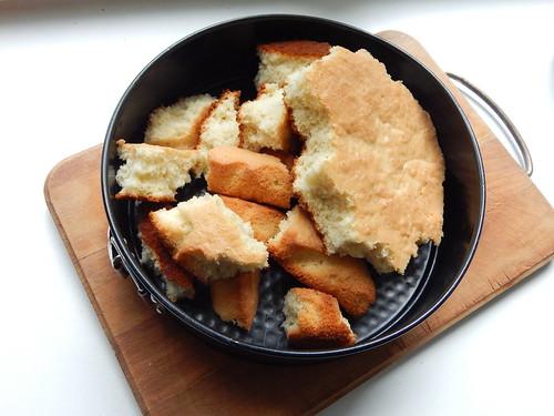 частично поломанный бисквит
