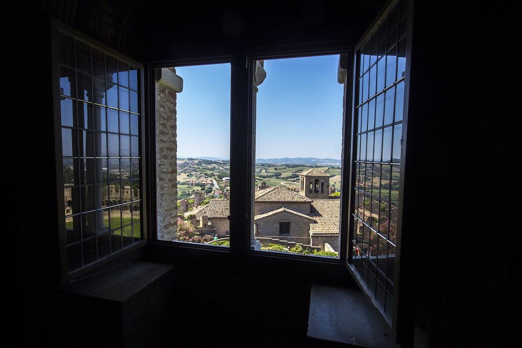 Gradara la finestra della sala rossa gradara vanta - La finestra album ...