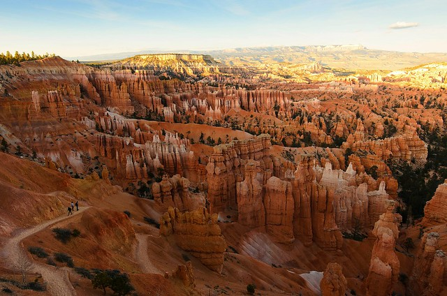People hiking at sunset point at Bryce Canyon