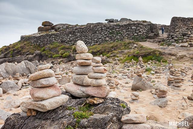 Montones de piedra a las puertas del castro flickr for Las puertas de piedra amazon