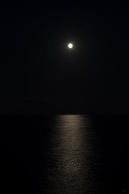 Mondspiegelung auf Wasser