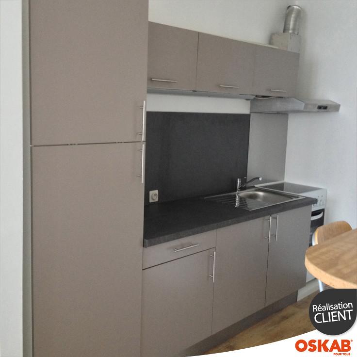 petite cuisine taupe troite en l plan quartz noir oskab flickr. Black Bedroom Furniture Sets. Home Design Ideas