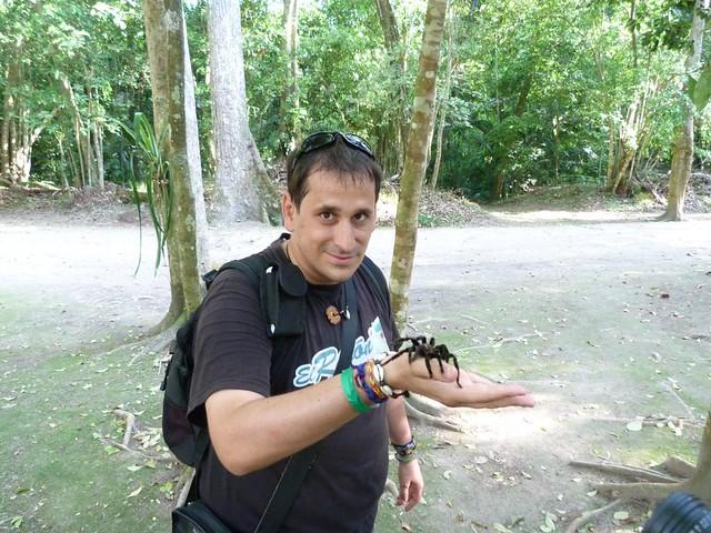Sele en Guatemala con una tarántula en la mano