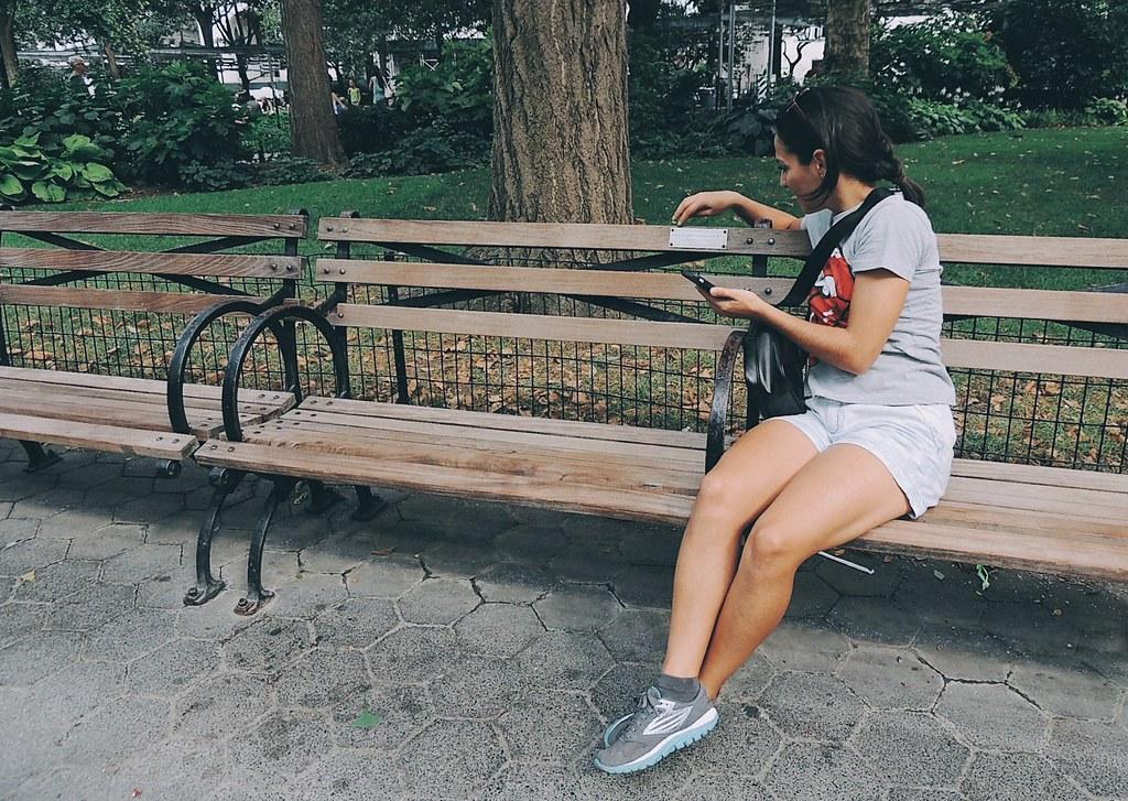 Lendo e fotografando plaquinhas.