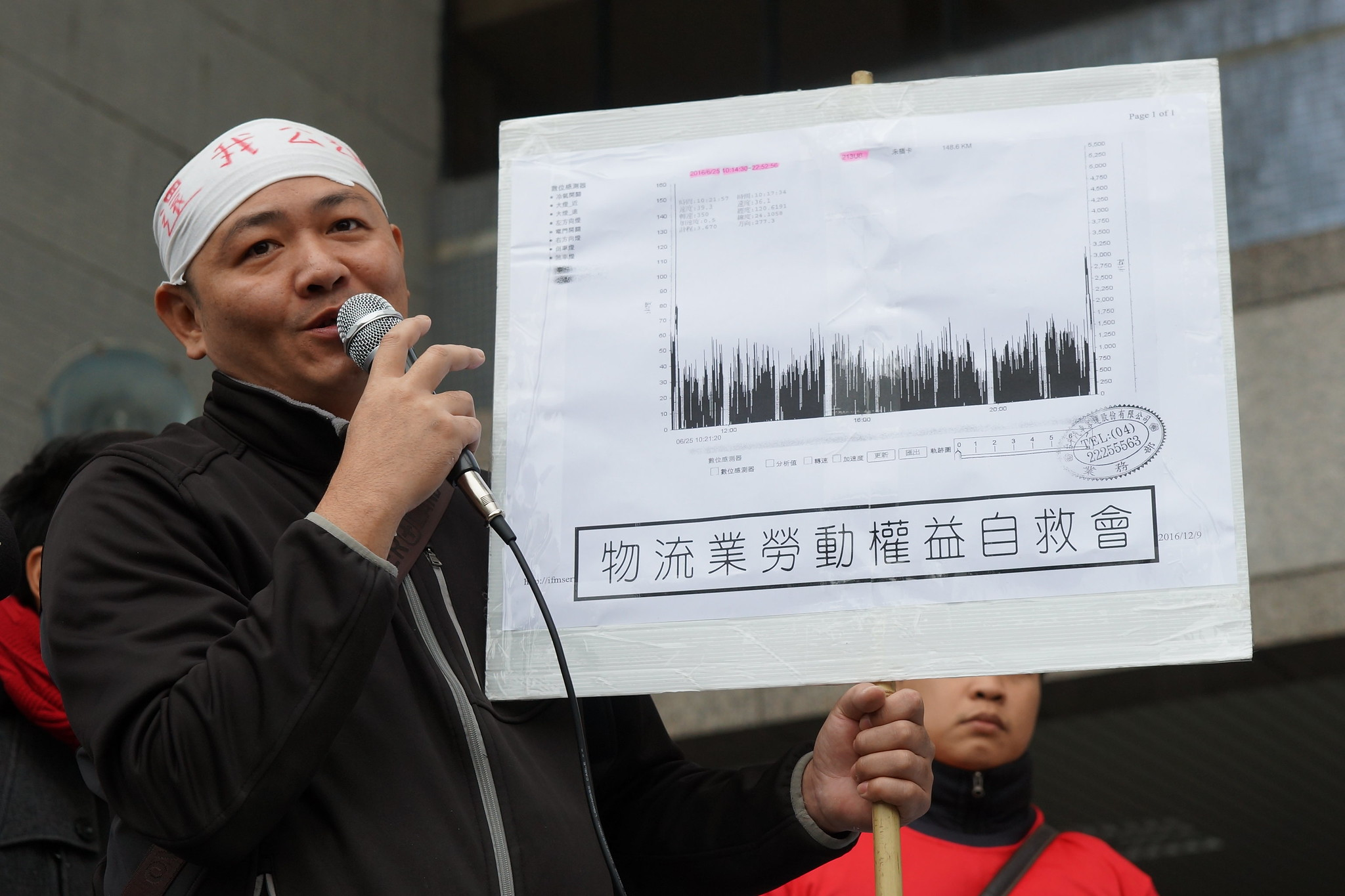 鄭志強出示鄭志明生前行車紀錄,顯示他不僅工時長,且過程幾乎無休息時間。(攝影:王顥中)