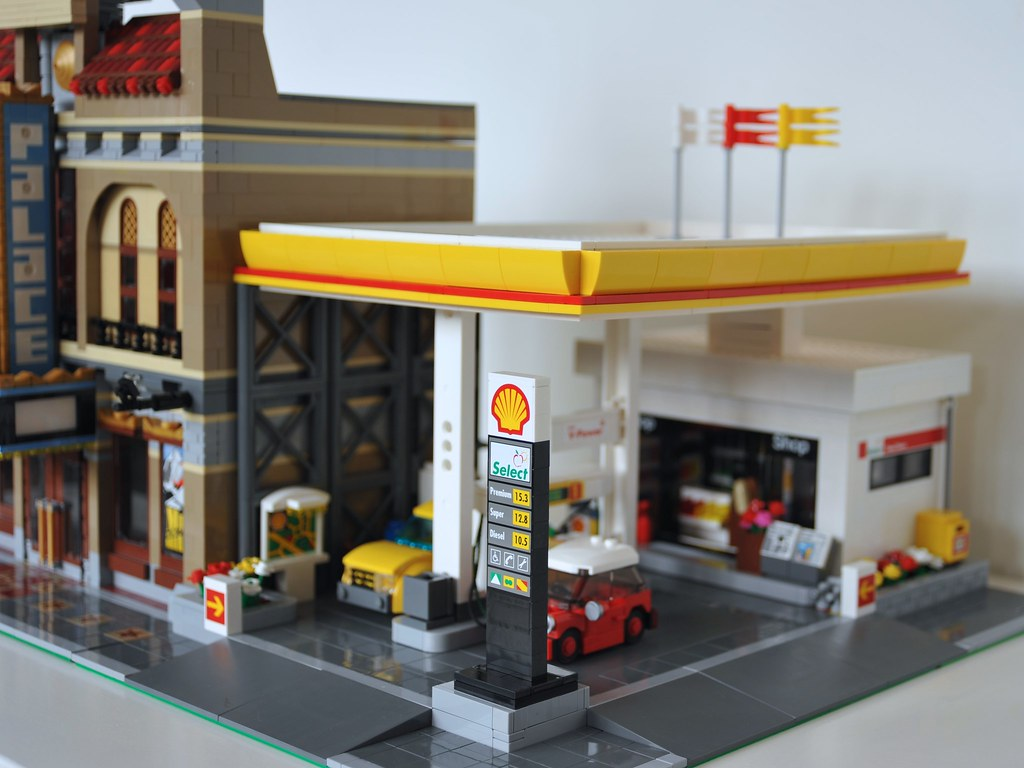 lego shell gas station moc 011 next to my 10232 palace. Black Bedroom Furniture Sets. Home Design Ideas