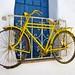 Vélo jaune à la porte bleue