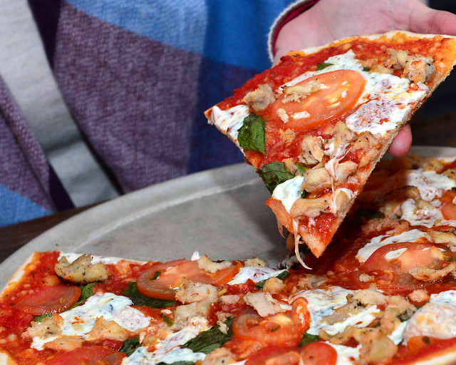Pizza redonda de masa extra fina, champiñón y rúcula del restaurante Rizzos de Nueva York