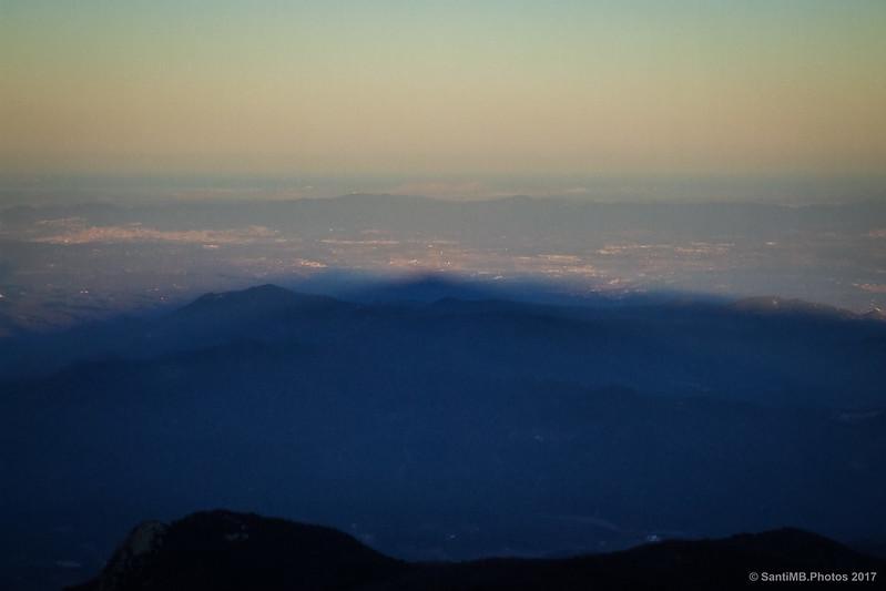 La sombra del Turó de l'Home sobre la comarca de La Selva