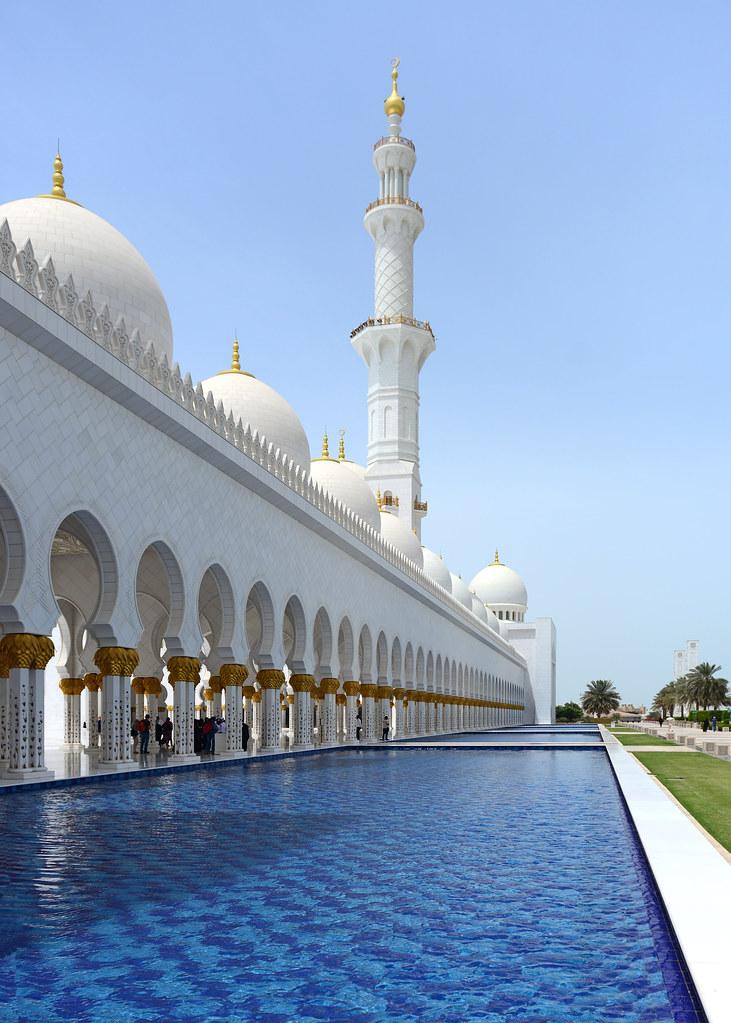 Piscinas exteriores que rodean la mezquita de Abu Dhabi