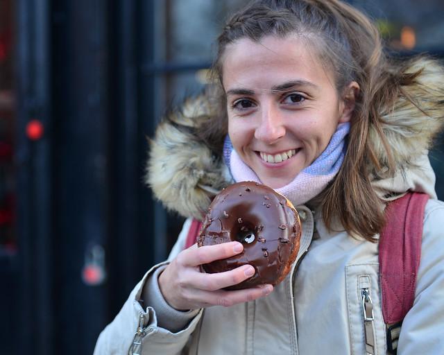 Diana con un donut de Doughnuts de Nueva York