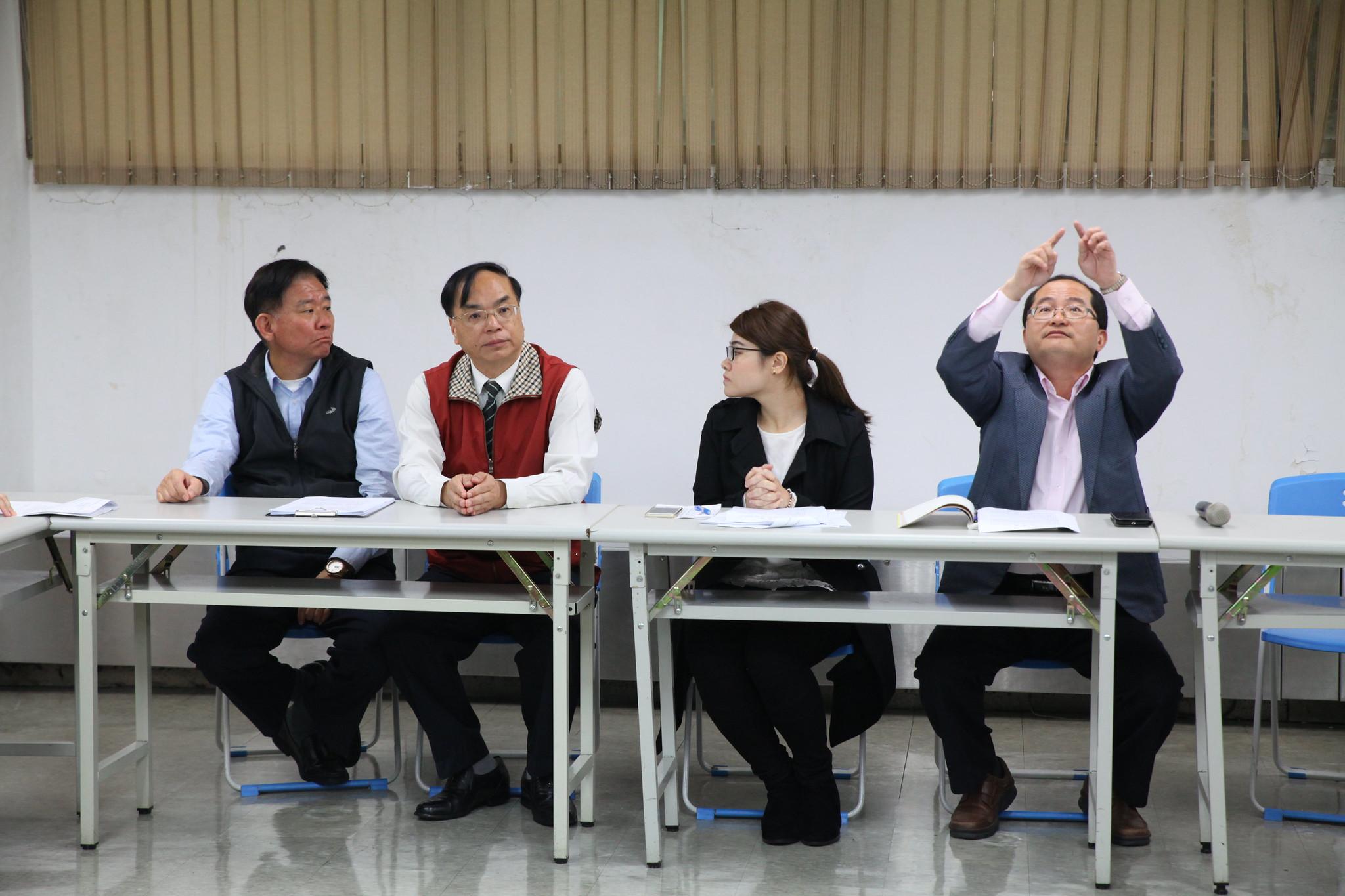 今日出席協商會的管理階層代表。最右者為事業處專門委員陳建成。(攝影:陳逸婷)