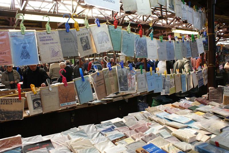 """> Vielles vecchie mappe e guida nella parte """"vecchia carta"""" del mercato delle pulci di Cracovia."""