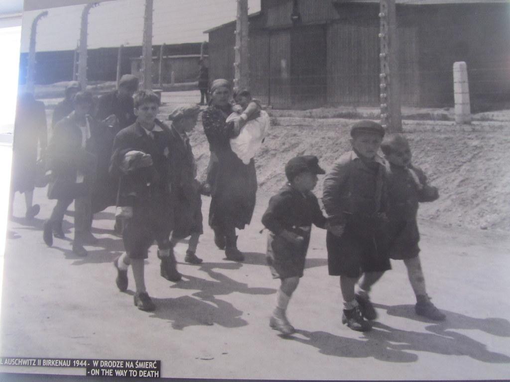 Niños camino de la cámara de gas. Su última foto
