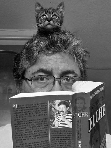 Autorretrato con Taibo y gato en la cabeza
