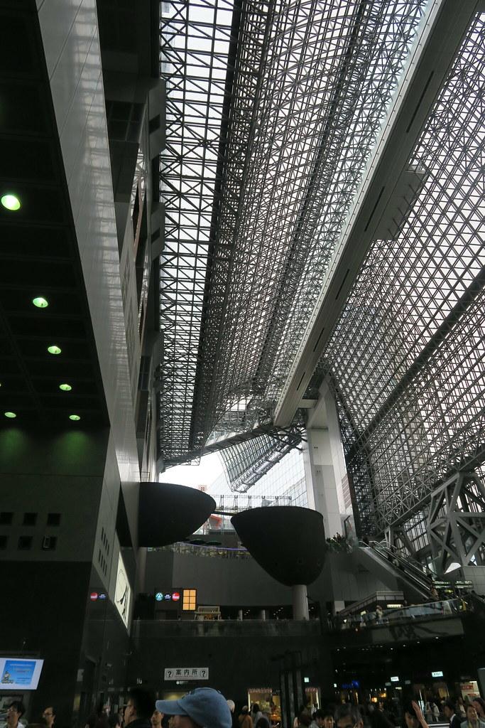 上圖的右上方這條常常的通道,可以在上面遠眺京都風光(點擊上圖延伸閱讀)