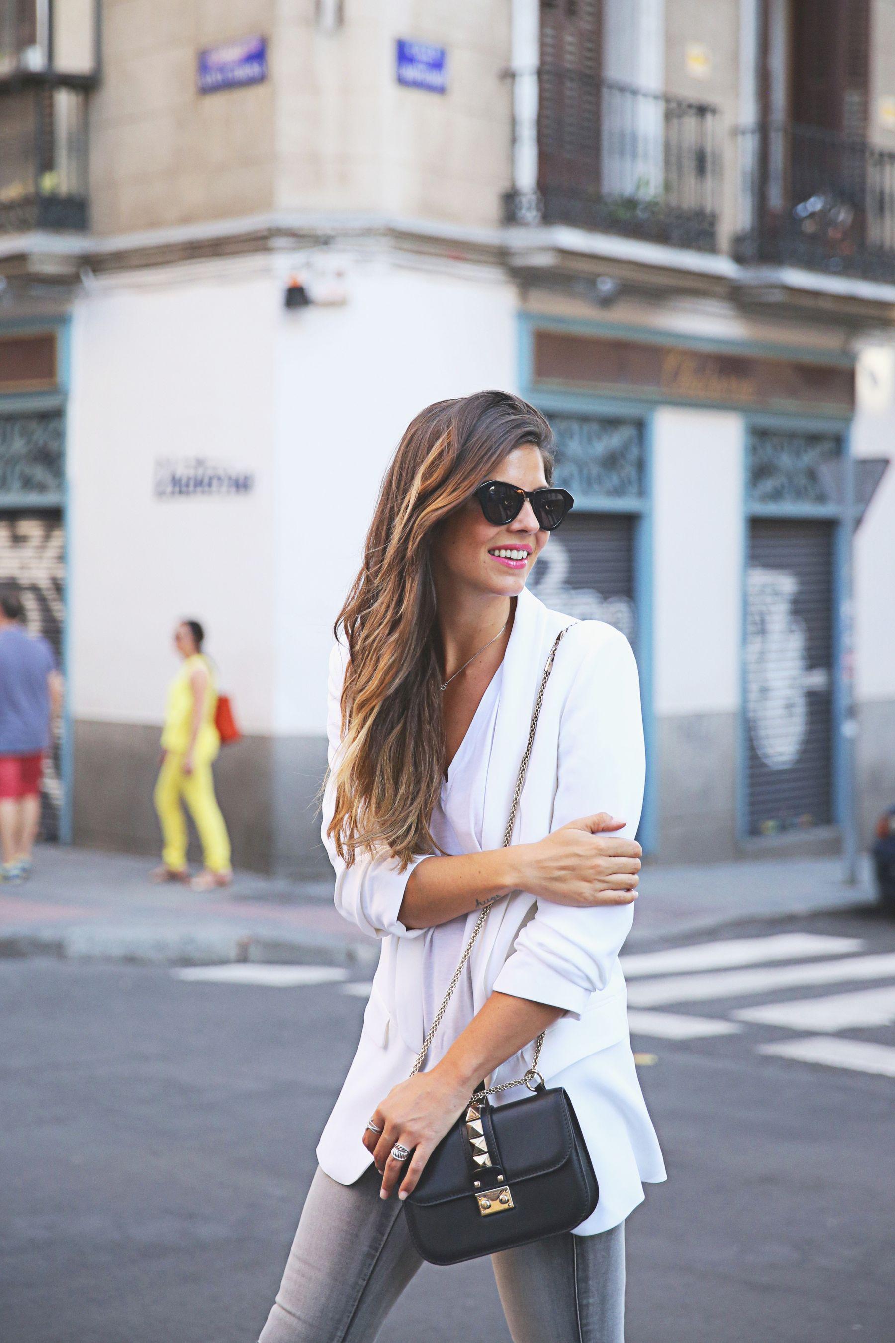 trendy-taste-look-outfit-street-style-ootd-blog-blogger-fashion-spain-moda-españa-SS15-verano2015-tendencias-trends-zara-buylevard-valentino-jessica-simpson-skinny-jeans-grey-white-blazer-americana-blanca-vaqueros-pitillo-sandalias-sandals-etnicas-8