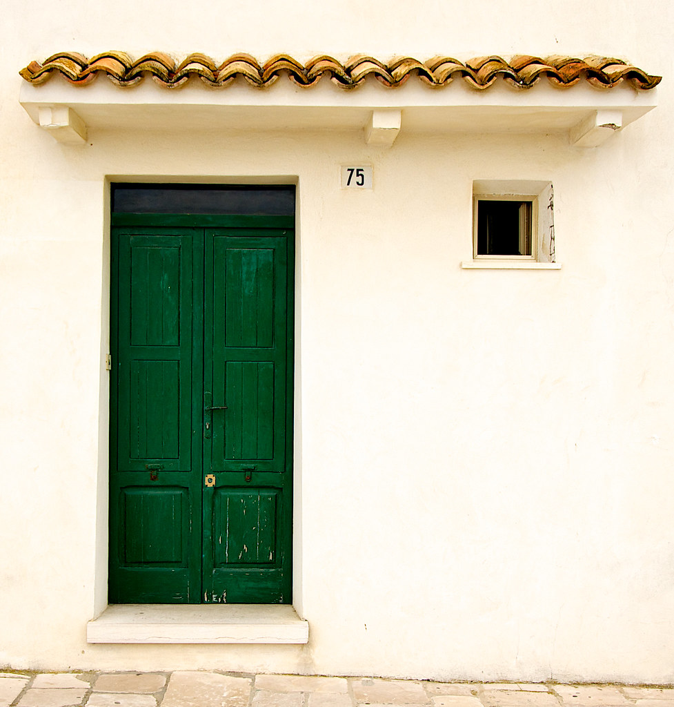 The green door in the old centre of termoli a medieval for The door and the window