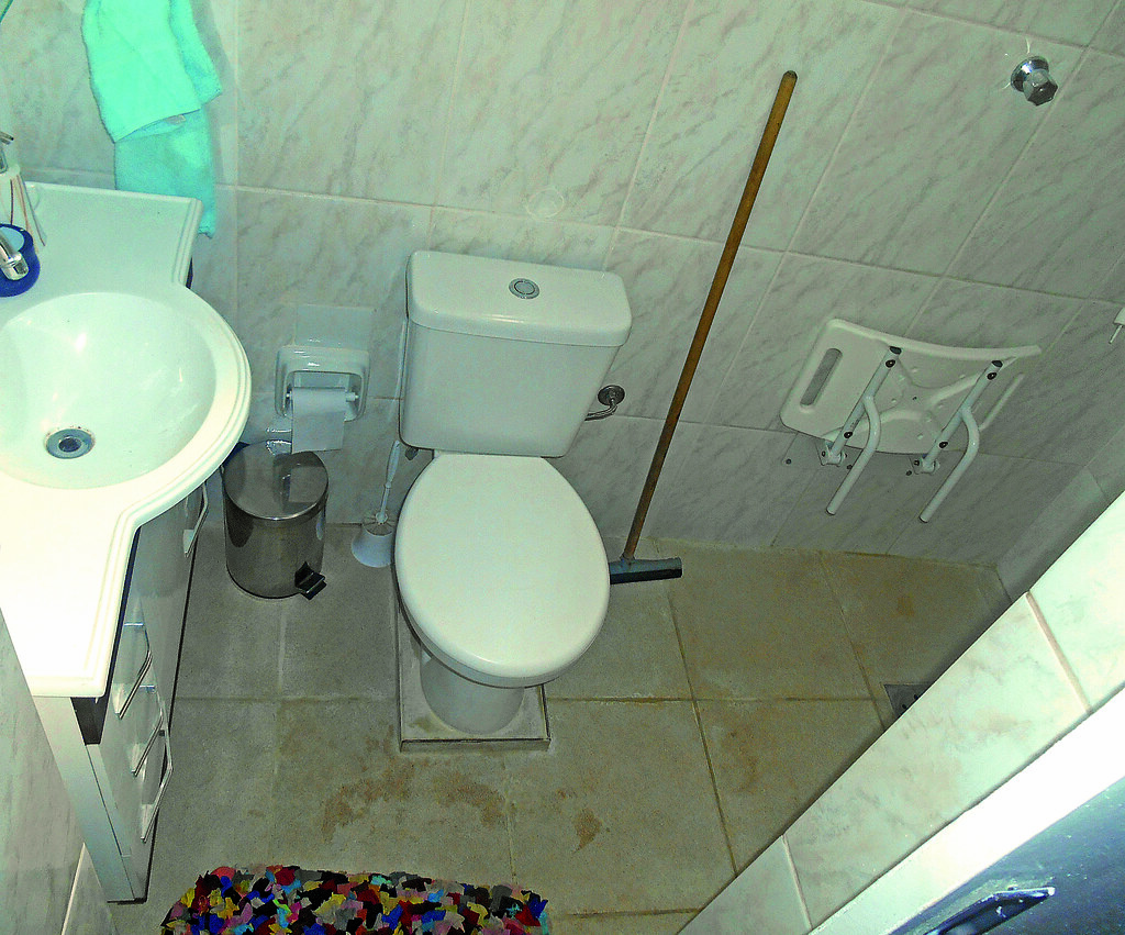 Imagens de #2F9C6F PBH implanta banheiros adaptados em residências de idosos  1024x851 px 3570 Barras Para Banheiro Idosos