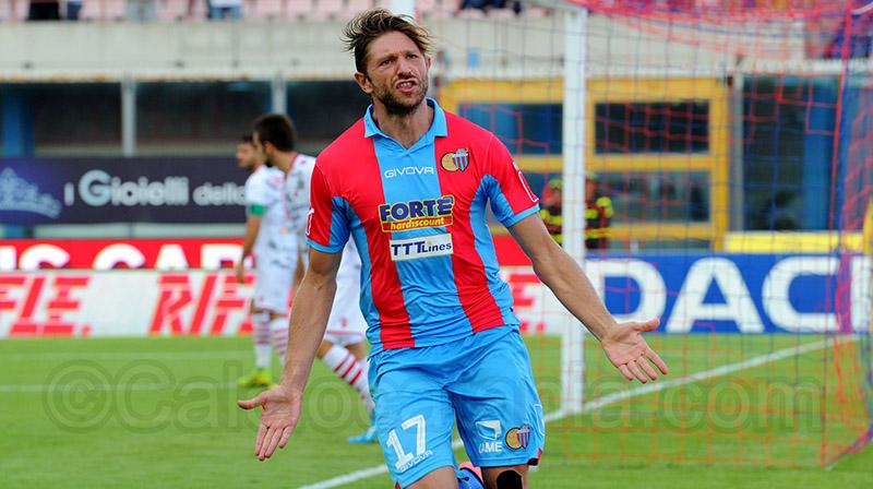 Edgar Junior Çani esulta dopo il gol segnato al Vicenza nel 2014