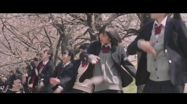 八木莉可子が300人の生徒と難易度200%UPのガチダンス!ポカリスエット新CM「踊る始業式」篇
