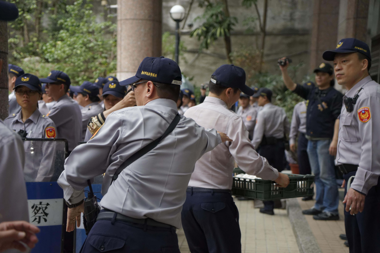 見到勞團拿出雞蛋,警方隨即一湧而上,將雞蛋整籃捧去。(攝影:張宗坤)