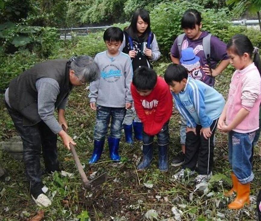 港口國小學生的苧麻編織體驗,在石梯坪傳統土地上種下苧麻的幼苗,學生在栽植、除草的過程中親近土地,體會港口部落文化與土地不可分割的緊密連結。圖片來源:Lafay。