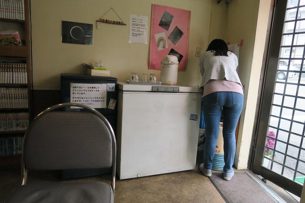 入口處有個洗手台,艾瑪正在洗...