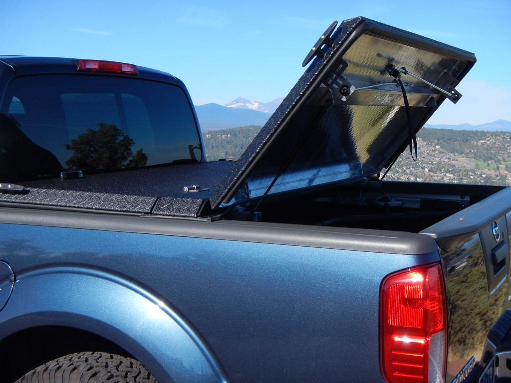 Nissan Frontier Truck Bed Tounneau Cover Used