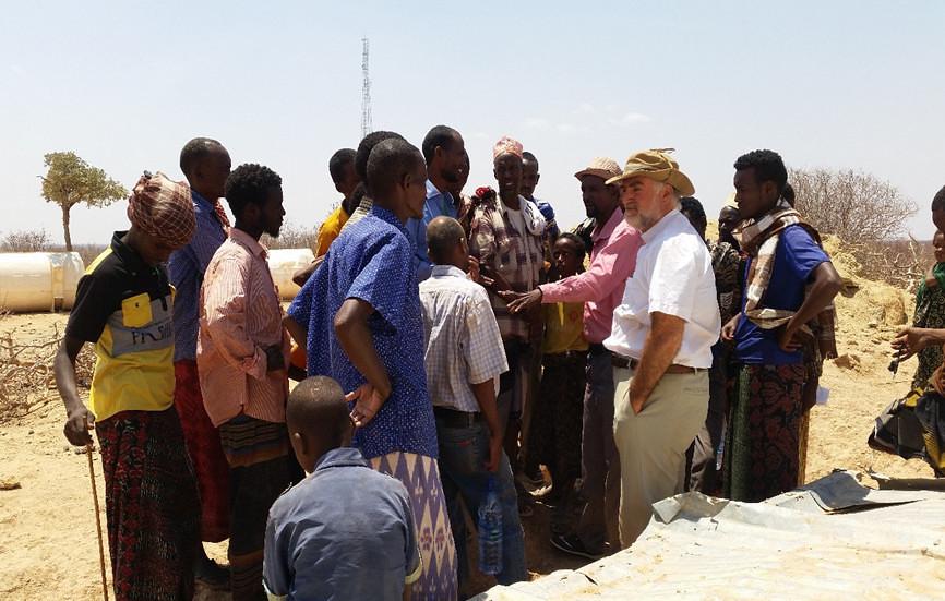 Los hombres del poblado contándonos detalles de la tragedia y pidiendo ayuda urgente: agua potable, comida y medicinas. Les prometí ayudarles en lo que estuviera al alcance de la Iglesia