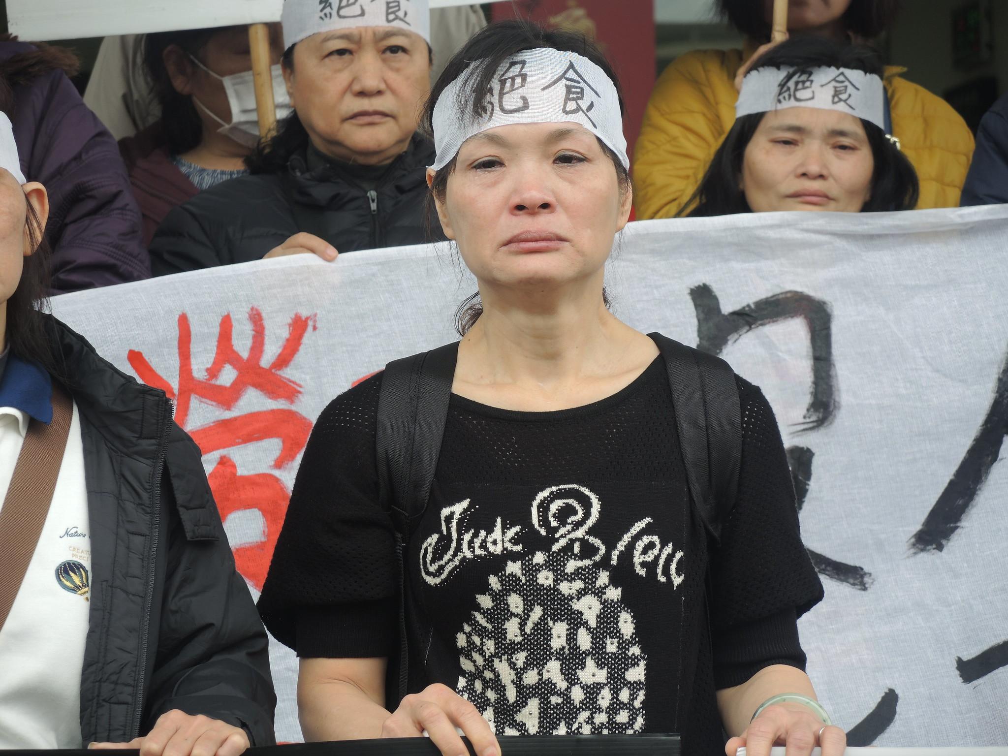 絕食工人劉桂花女士,54歲,育有四子,年資19年。(攝影:曾福全)