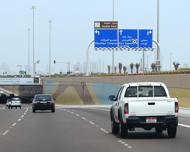 Carreteras de Abu Dhabi en dirección a la gran Mezquita
