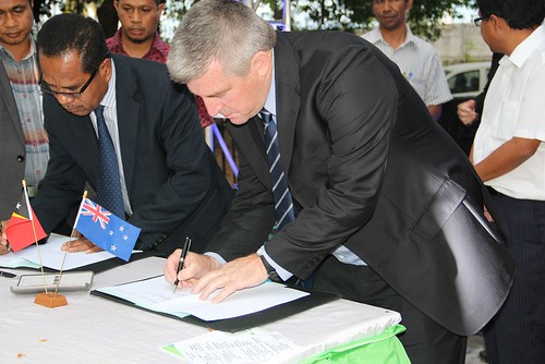 Lourenco Borges Fontes (Director General MAF) and Dr. Neil Andrew from WorldFish signing the Letter of Agreement (LoA), Timor Leste. Photo by Fernando Martins.