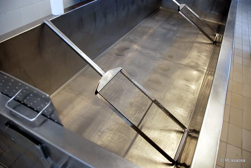 Cubas de acero para el batido y cuajo de la leche en la quesería La Jarradilla