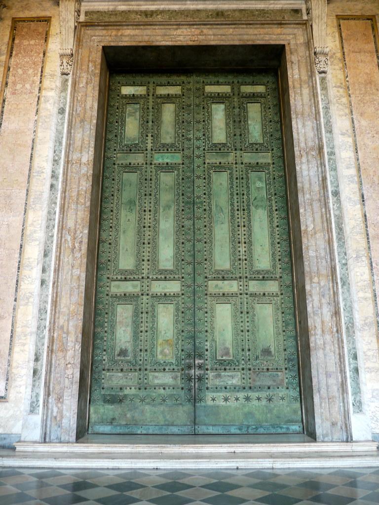 Rome italie la gigantesque porte de bronze porte antiqu for Porte in english
