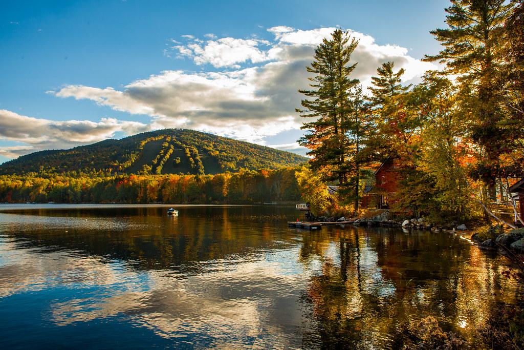 新英格兰湖边秋景