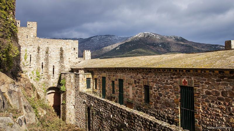 Mirando al nordeste desde la puerta de la segunda muralla del Castillo de Requesens