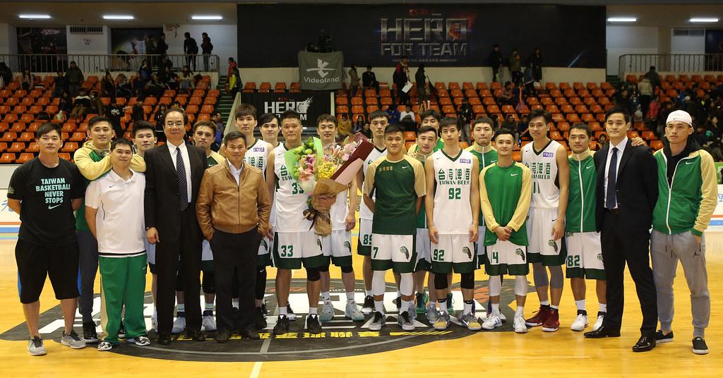 台啤尚韋帆(左十)和隊友合照。(籃協提供)