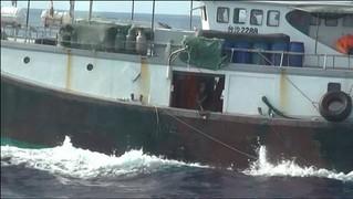 高雄地檢署與高雄第五海巡隊聯手執行「東沙海域擴大威力掃蕩」專案,逮捕非法侵入東沙的大陸漁民20人,並首度扣押一艘漁船押解至高雄港。