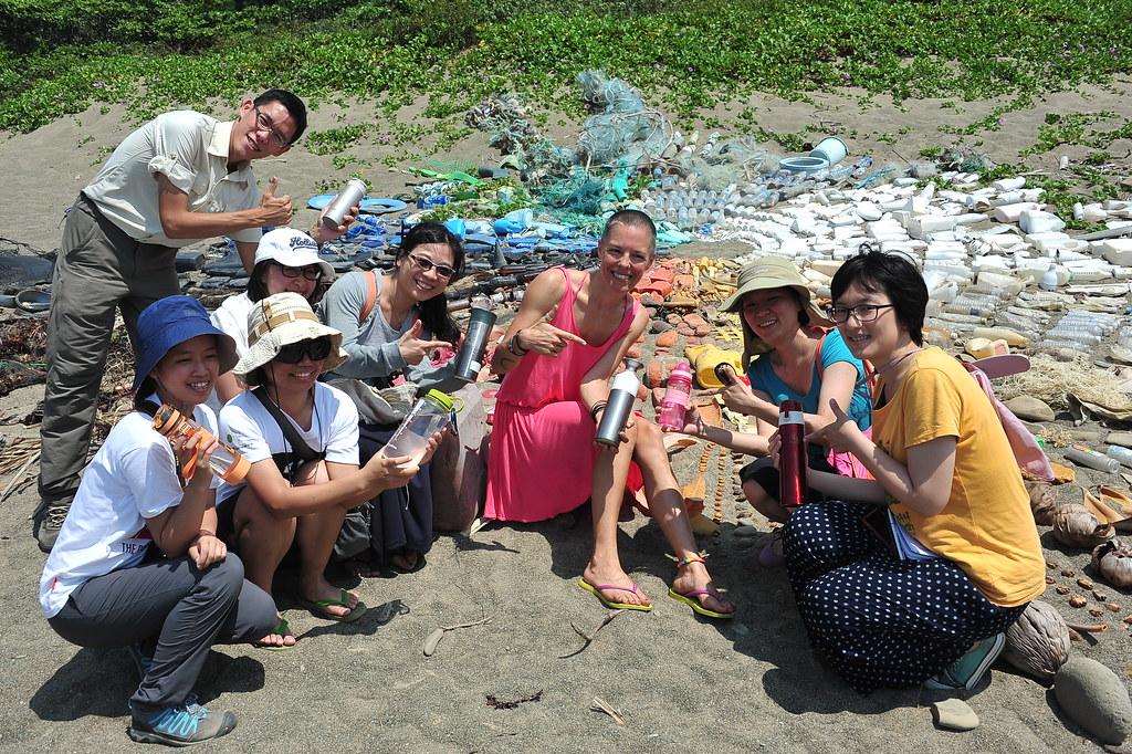 海洋減塑倡議者—荒野保護協會胡介申與德國藝術家合作海廢地景藝術。