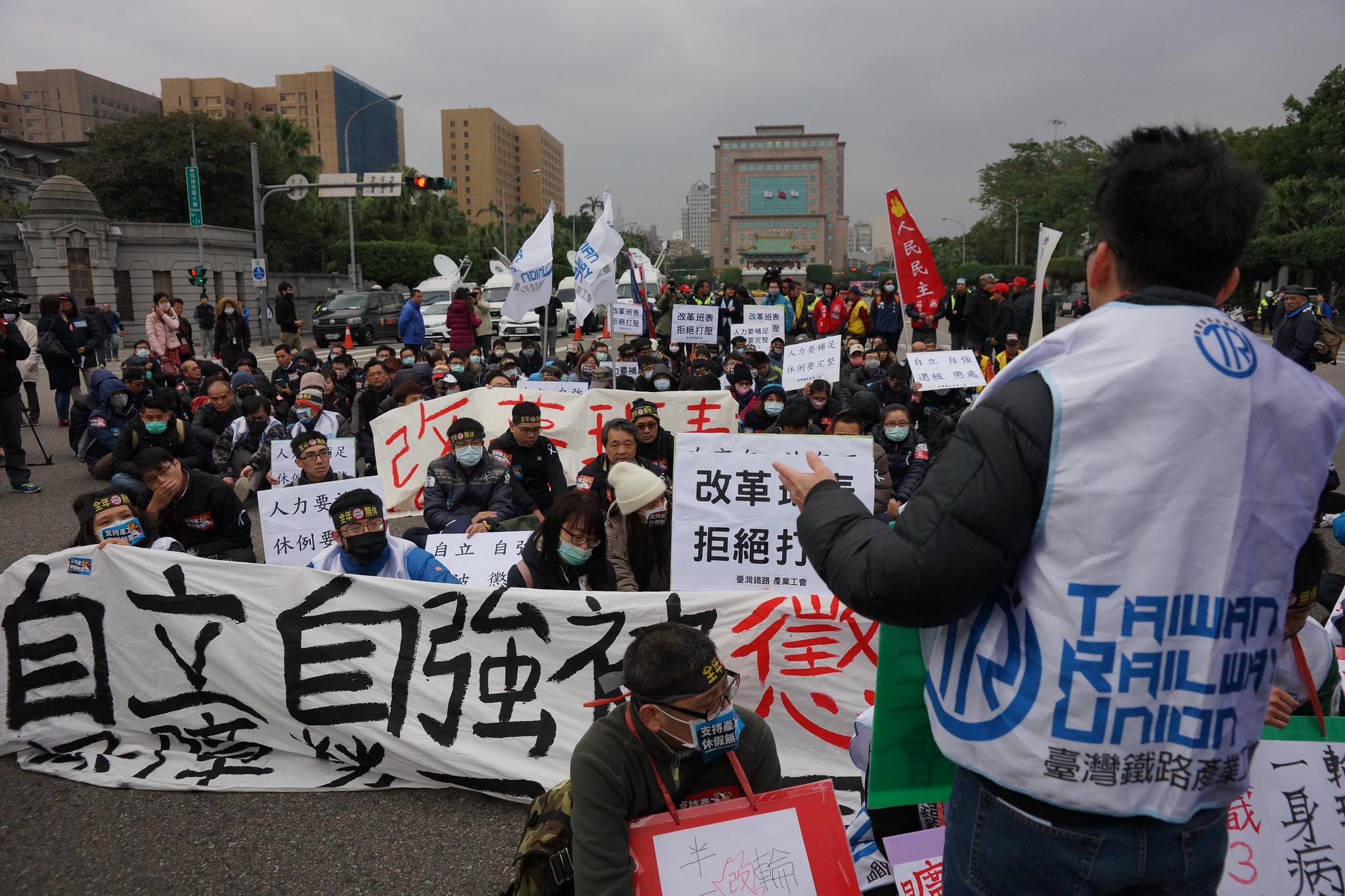 工会在公园路口静坐,但总统府始终无人出面接受陈情。(摄影:王颢中)