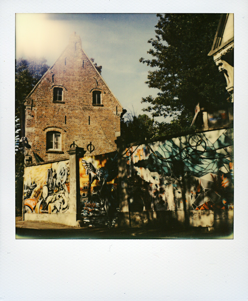 Le mur tournaisien la maison du diable polaroid sx70 - Mur photo polaroid ...